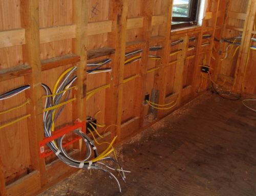 Как правильно смонтировать проводку в деревянном доме?