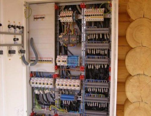 Что влияет на расценки при проведении электромонтажа в деревянном доме?